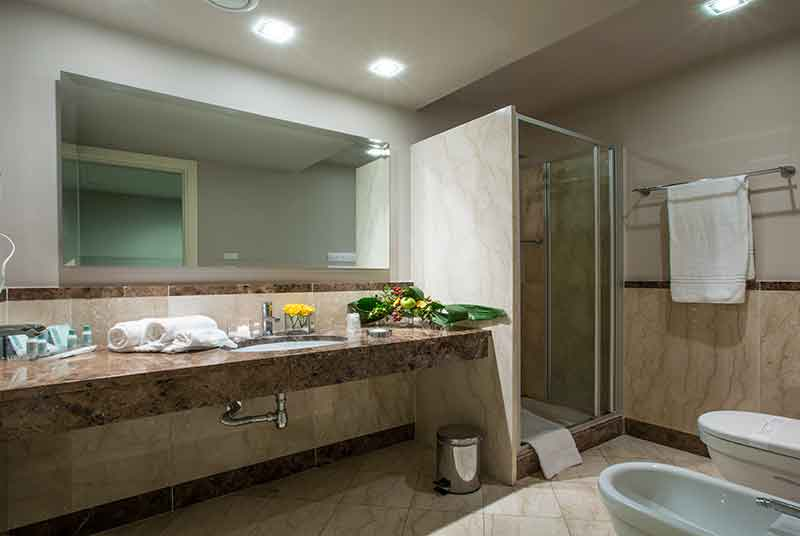 Camera superior grand hotel villa itria for Bagno h24